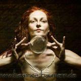 Beatrice Baumann aka Beatritsche- Kontaktjonglage, Walking- Act und Feuershow